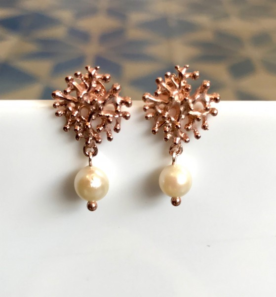 """Ohrringe mit Perle und """"Koralle"""" Rosé Gold von Goldkind"""