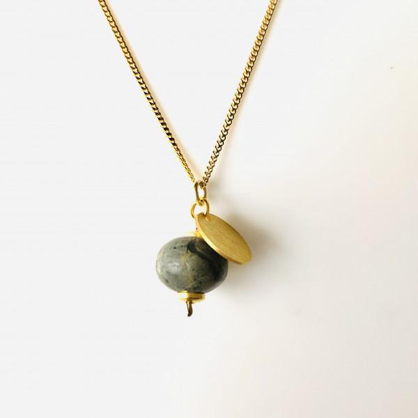 Kette Nr. 36 mit Kugel aus Jade und Goldplättchen von Goldkind