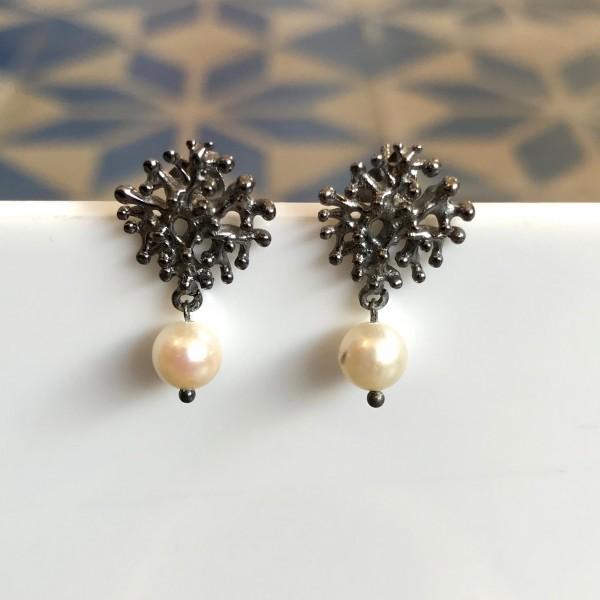 """Ohrringe mit Perle und """"Koralle"""" Silber geschwärzt von Goldkind"""