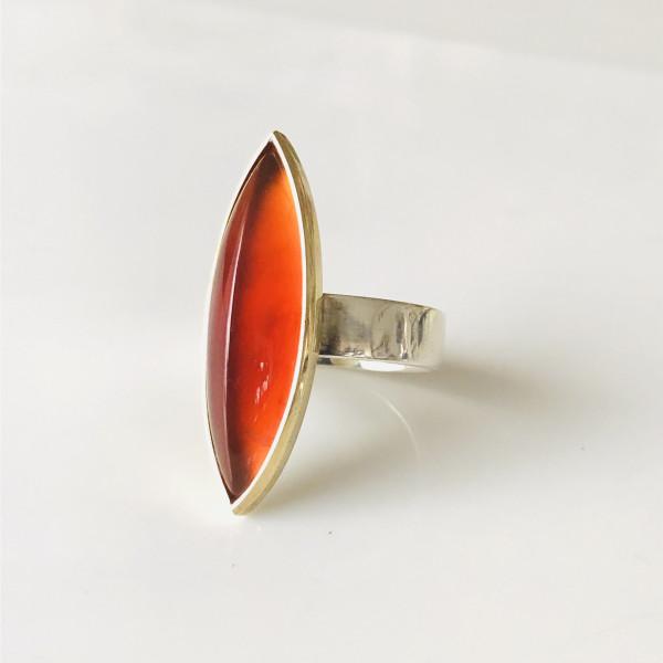 Ring mit navetteförmigen Karneol in 585 Gold und Silber von Goldkin